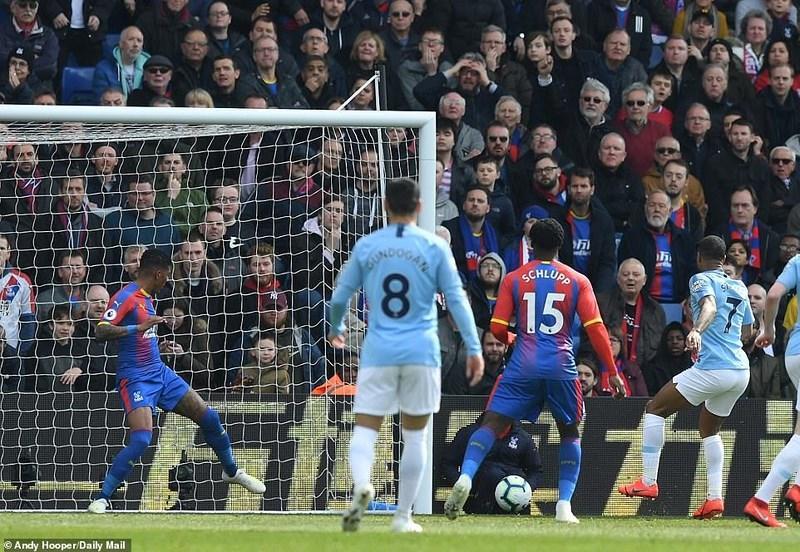 Sterling rực sáng, Man City vượt Liverpool đòi lại ngôi đầu Ảnh 2