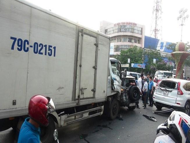 Xe tải lại tông hàng loạt xe dừng đèn đỏ Ảnh 1