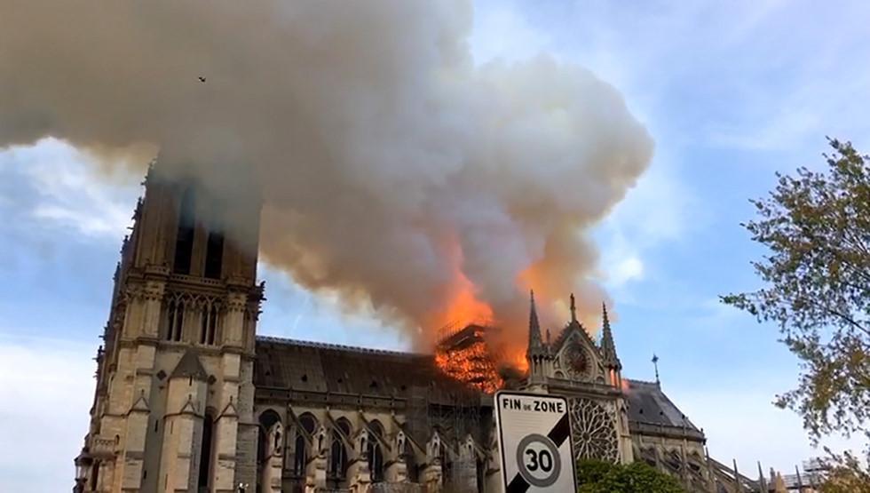 Nóng mạng xã hội: Nhà thờ Đức Bà Paris cháy lớn, 'tất cả còn trong ký ức!' Ảnh 1