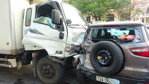 Ô tô tải 'húc' văng nhiều ô tô, xe máy chờ đèn đỏ Ảnh 2