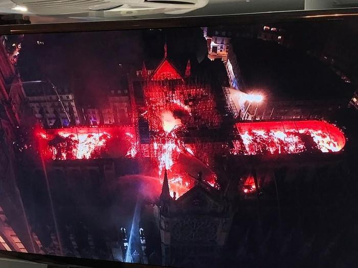 Nhà thờ Đức Bà Paris: Toàn cảnh hiện trường sau đám cháy lịch sử Ảnh 6