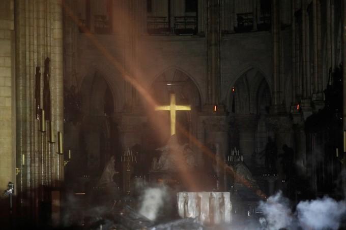 Nhà thờ Đức Bà Paris: Toàn cảnh hiện trường sau đám cháy lịch sử Ảnh 11