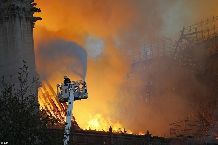 Nhà thờ Đức Bà Paris: Toàn cảnh hiện trường sau đám cháy lịch sử Ảnh 10