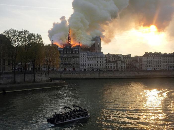 Nhà thờ Đức Bà Paris: Toàn cảnh hiện trường sau đám cháy lịch sử Ảnh 2