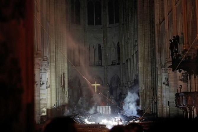 Nhà thờ Đức Bà Paris: Toàn cảnh hiện trường sau đám cháy lịch sử Ảnh 12
