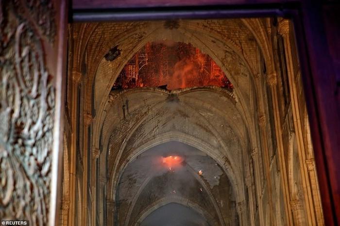 Nhà thờ Đức Bà Paris: Toàn cảnh hiện trường sau đám cháy lịch sử Ảnh 7