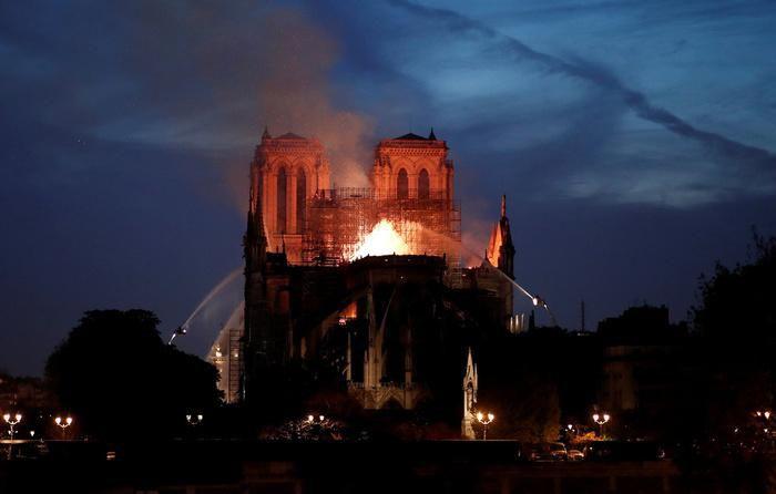 Nhà thờ Đức Bà Paris: Toàn cảnh hiện trường sau đám cháy lịch sử Ảnh 9