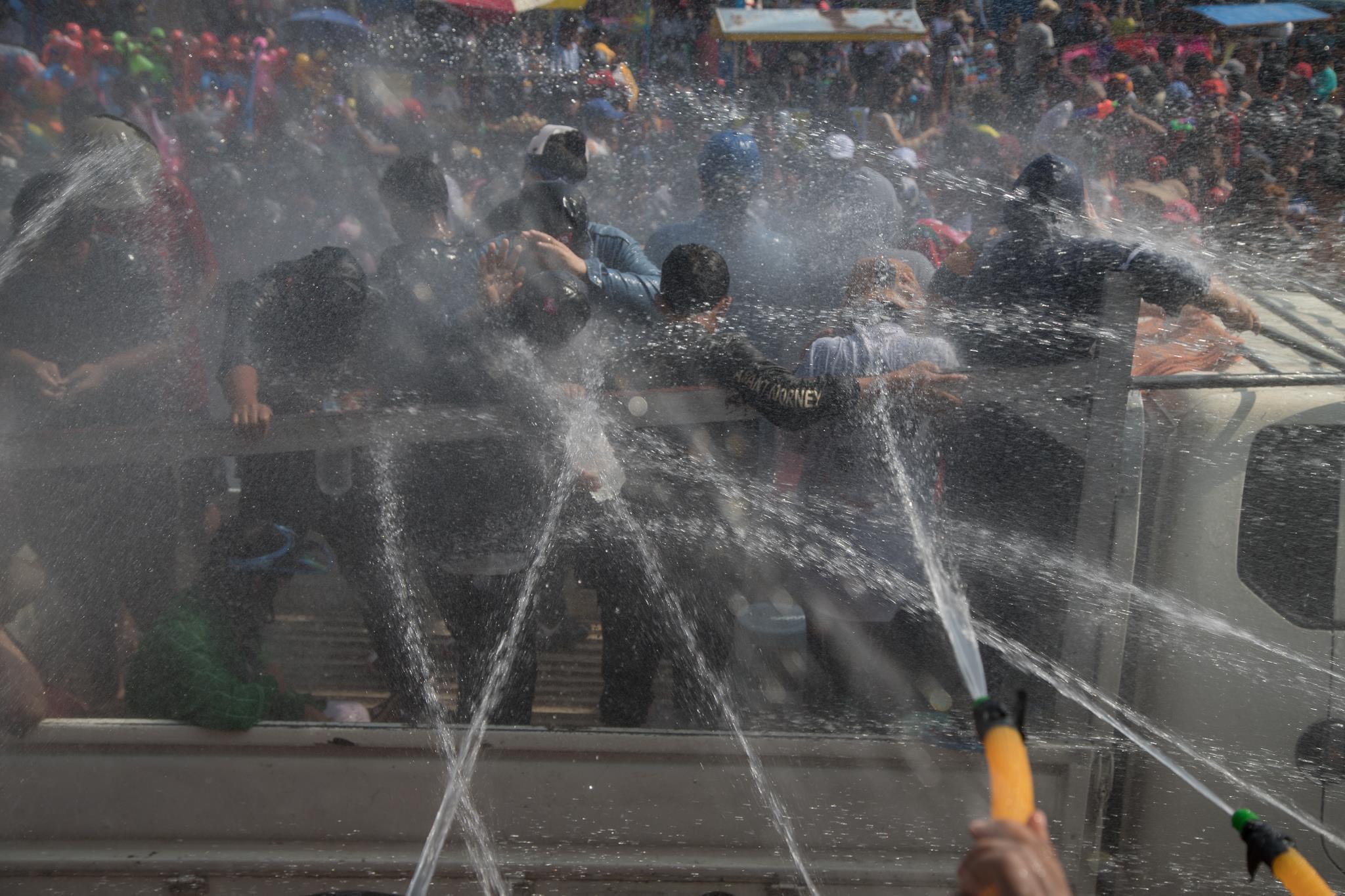 Người dân Myanmar cuồng nhiệt xuống đường đón Tết té nước Ảnh 9