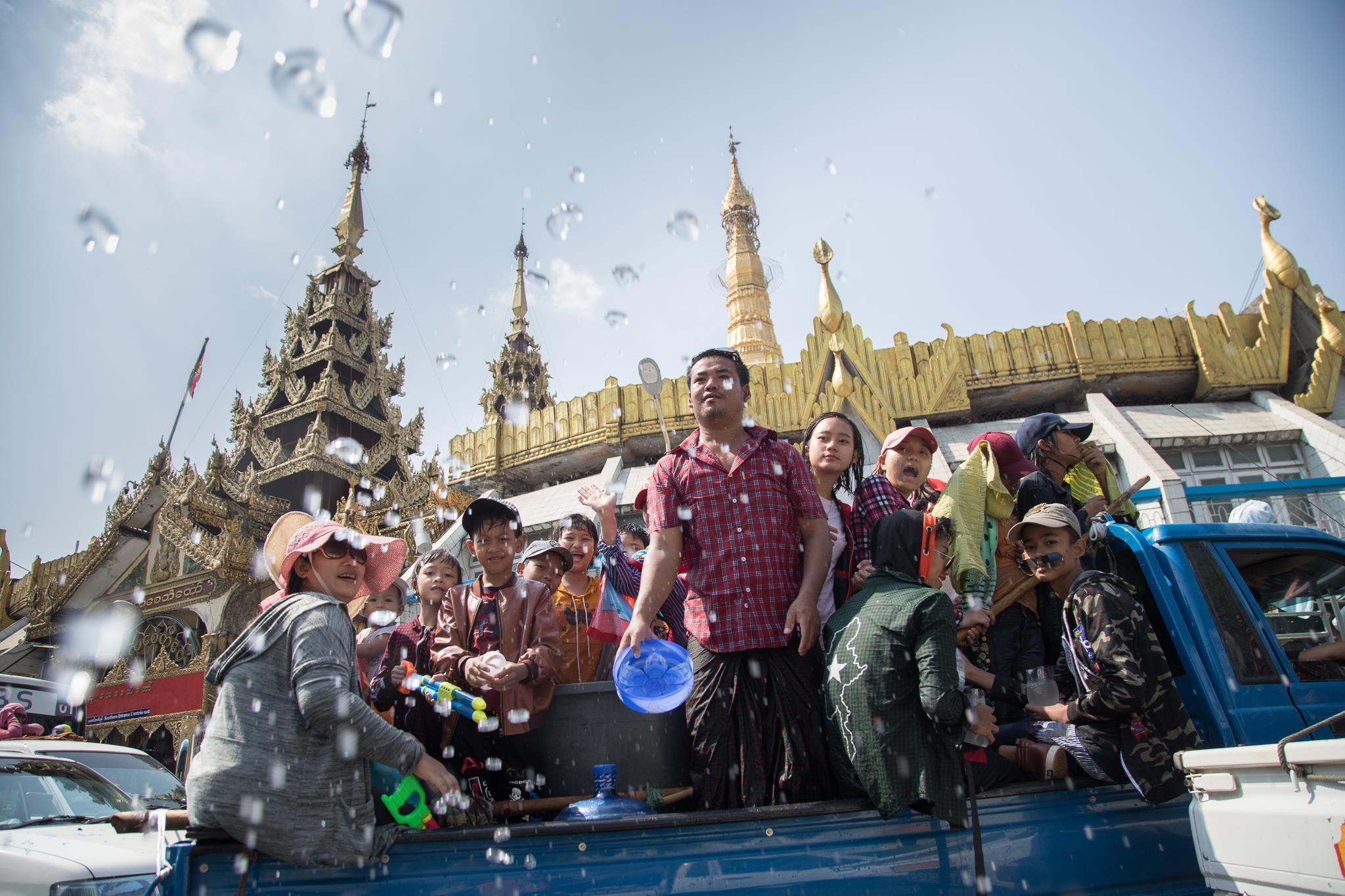 Người dân Myanmar cuồng nhiệt xuống đường đón Tết té nước Ảnh 3