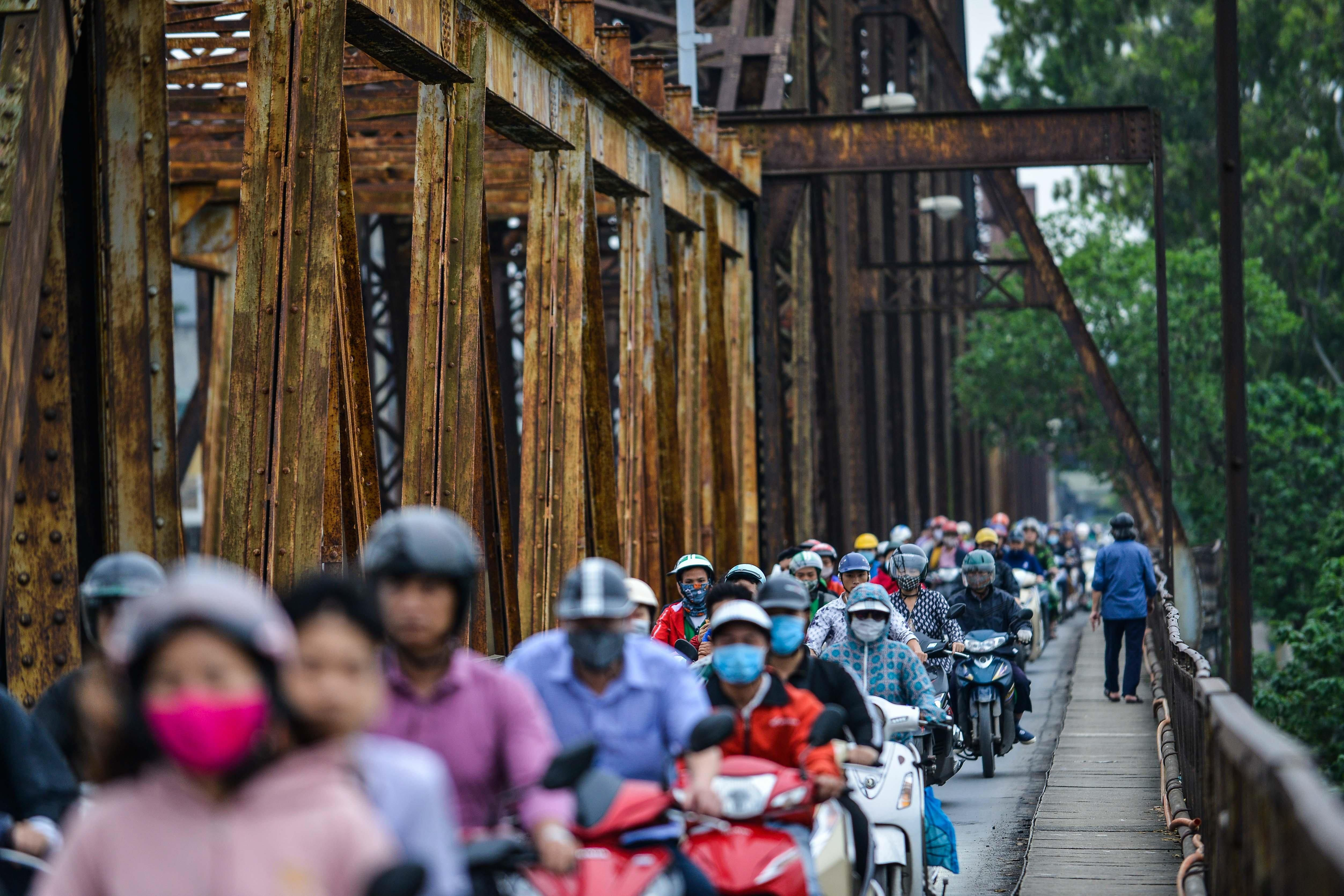 Cầu Long Biên thành chợ cóc, giao thông ùn ứ Ảnh 1