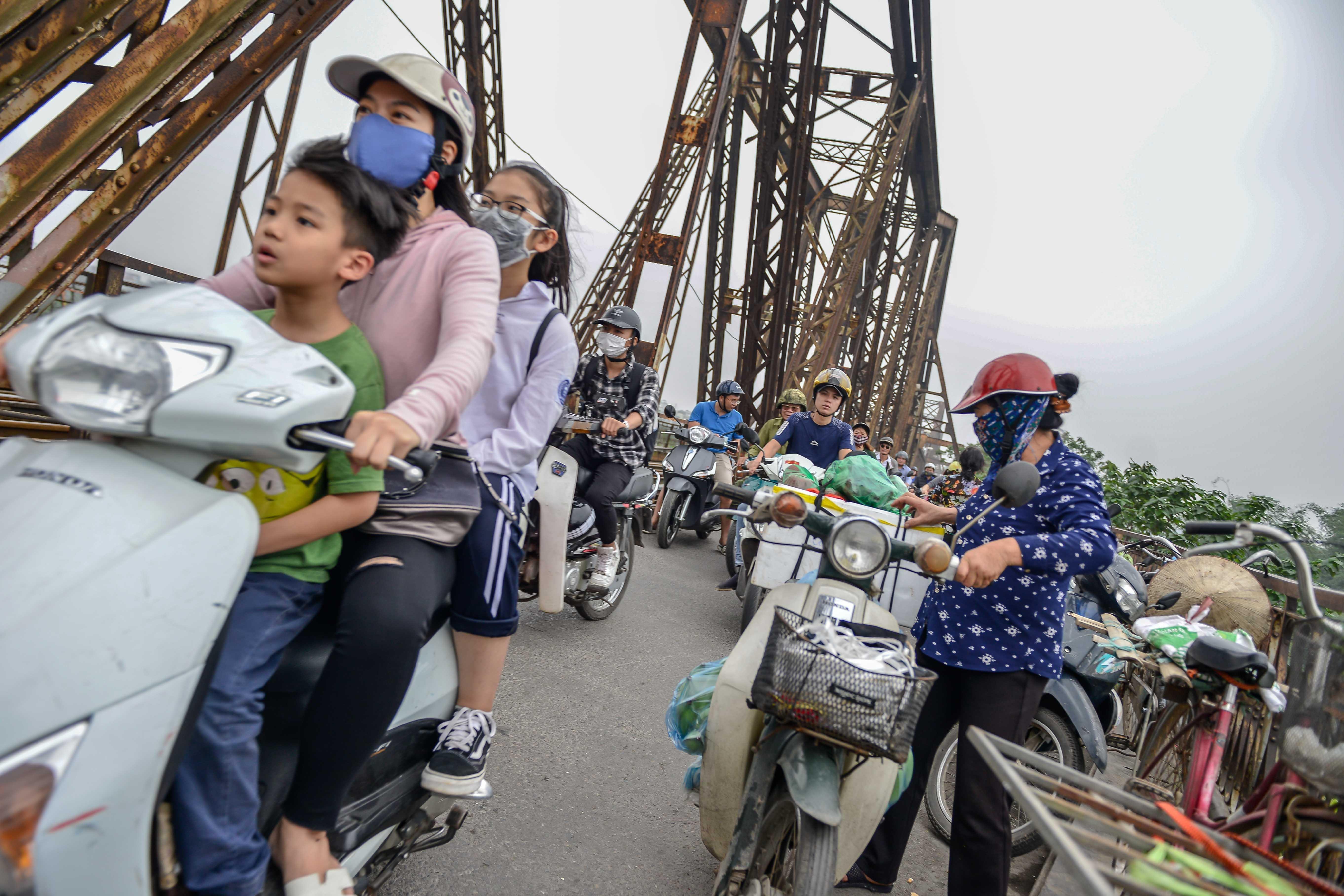 Cầu Long Biên thành chợ cóc, giao thông ùn ứ Ảnh 6