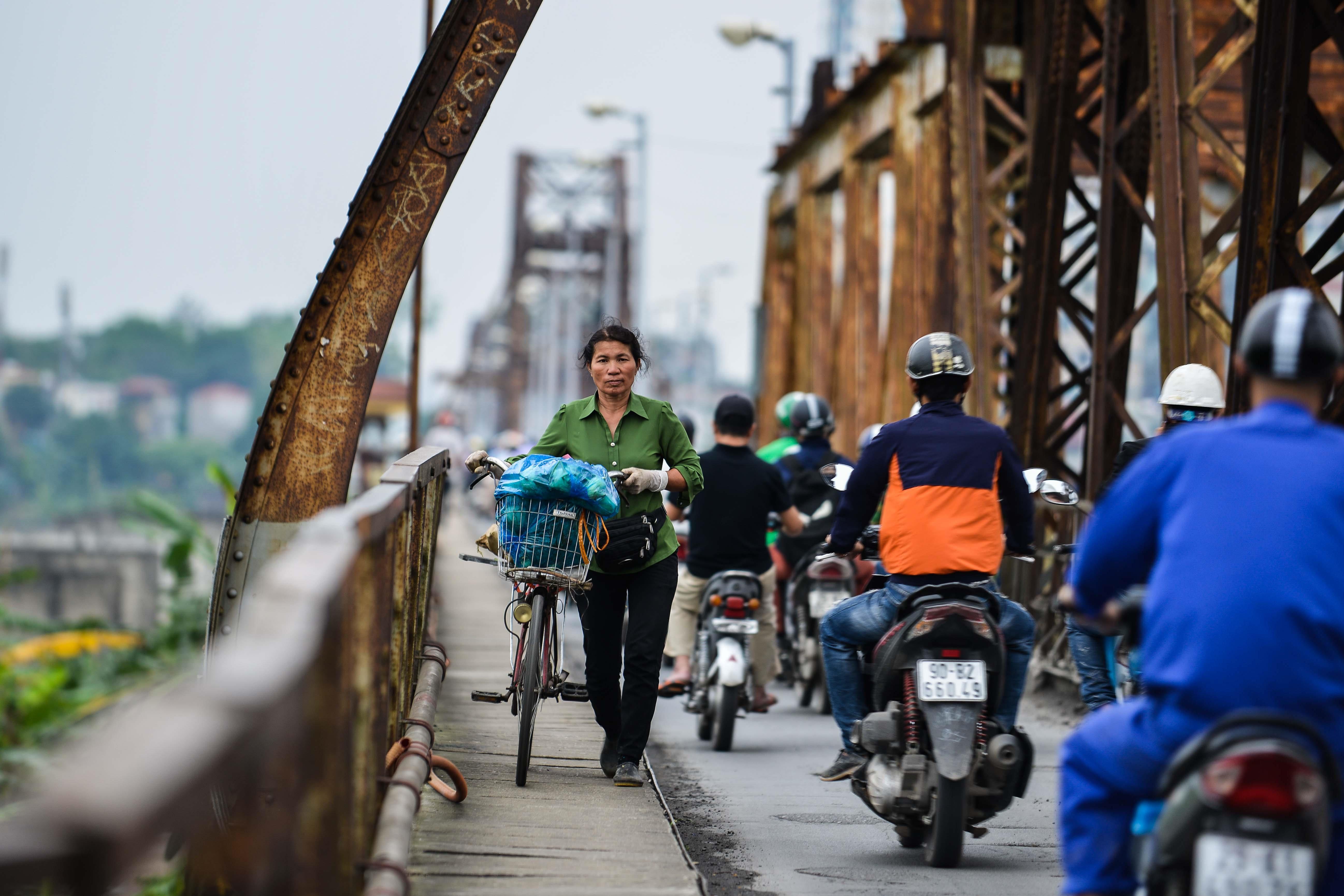 Cầu Long Biên thành chợ cóc, giao thông ùn ứ Ảnh 7