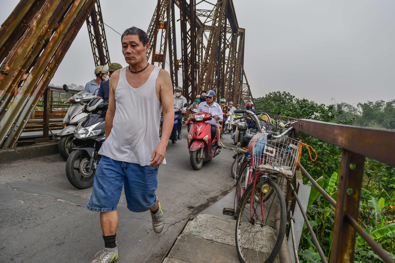Cầu Long Biên thành chợ cóc, giao thông ùn ứ Ảnh 5
