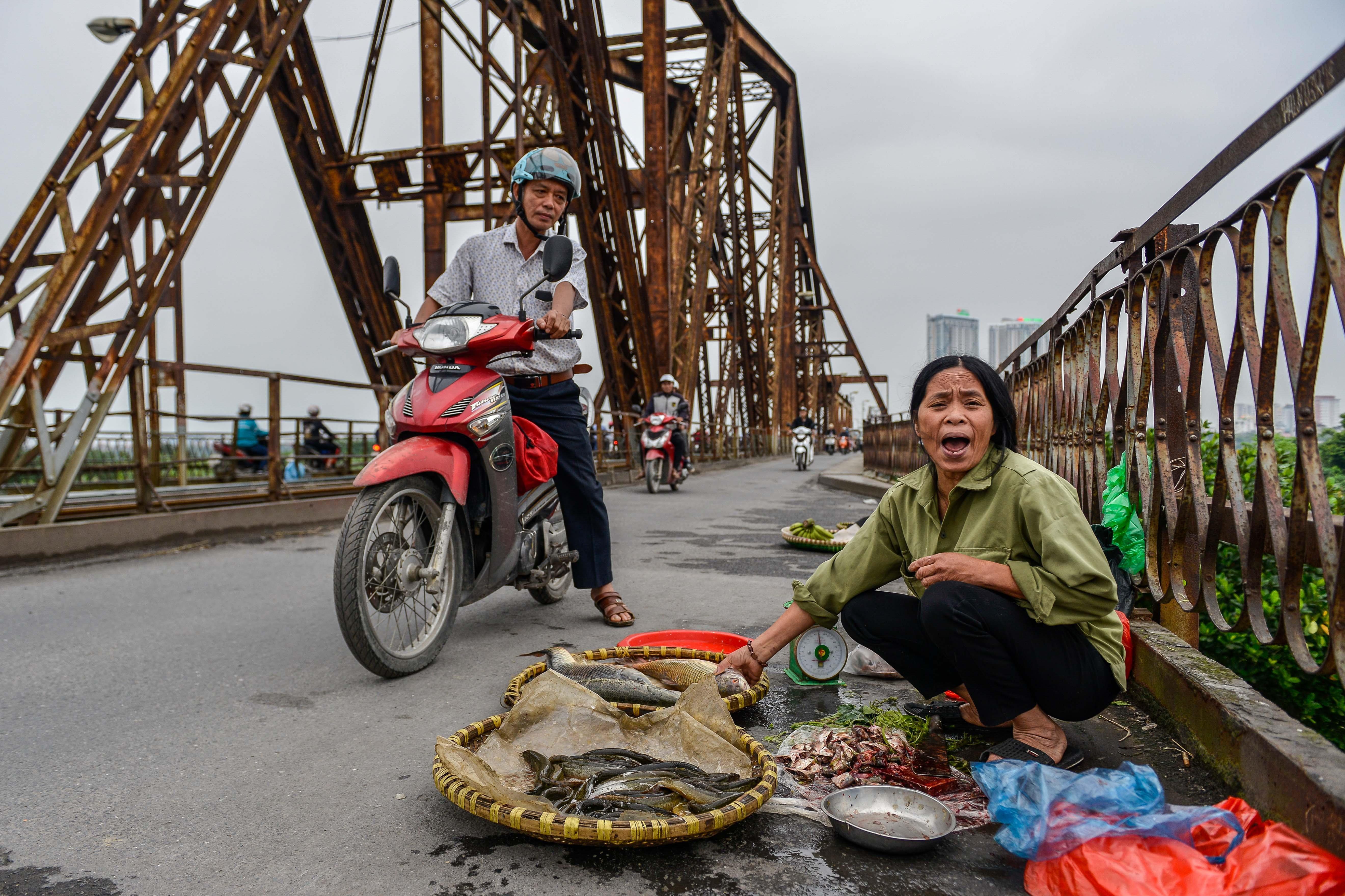 Cầu Long Biên thành chợ cóc, giao thông ùn ứ Ảnh 3