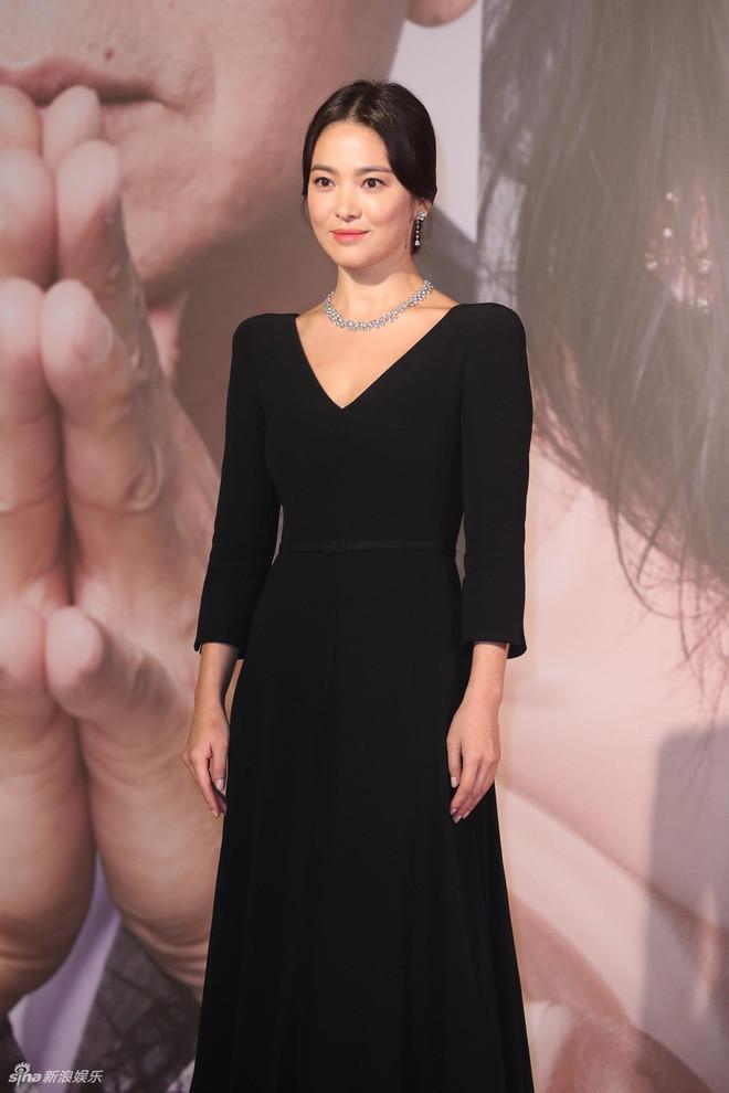 Top 10 bộ cánh thảm họa tuần qua: Song Hye Kyo mặc phải chiếc đầm 'phản chủ' Ảnh 1