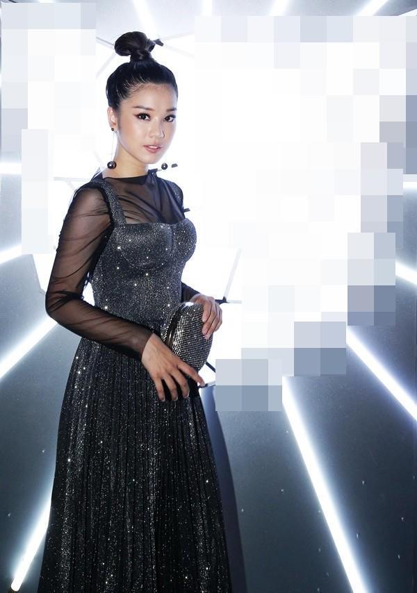 Top 10 bộ cánh thảm họa tuần qua: Song Hye Kyo mặc phải chiếc đầm 'phản chủ' Ảnh 4