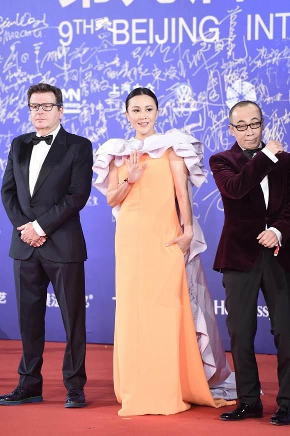 Top 10 bộ cánh thảm họa tuần qua: Song Hye Kyo mặc phải chiếc đầm 'phản chủ' Ảnh 9