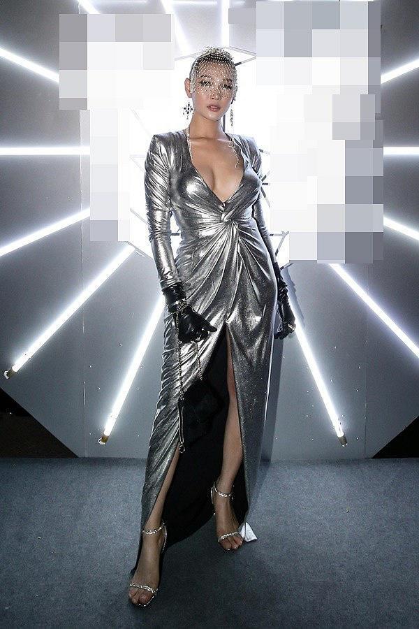 Top 10 bộ cánh thảm họa tuần qua: Song Hye Kyo mặc phải chiếc đầm 'phản chủ' Ảnh 5