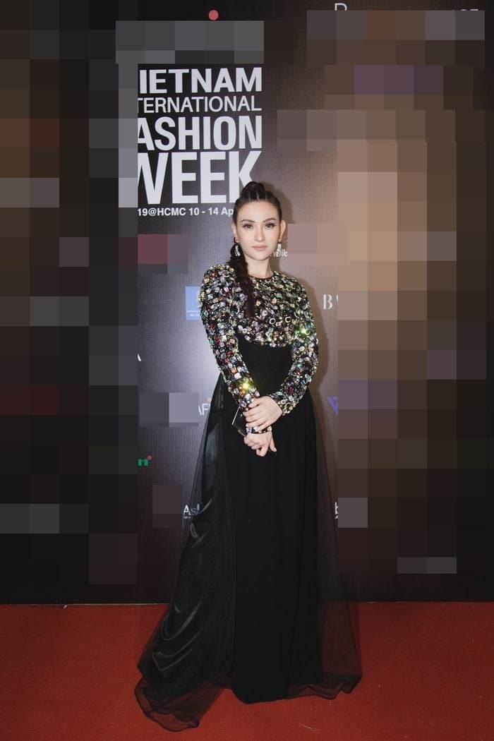 Top 10 bộ cánh thảm họa tuần qua: Song Hye Kyo mặc phải chiếc đầm 'phản chủ' Ảnh 6