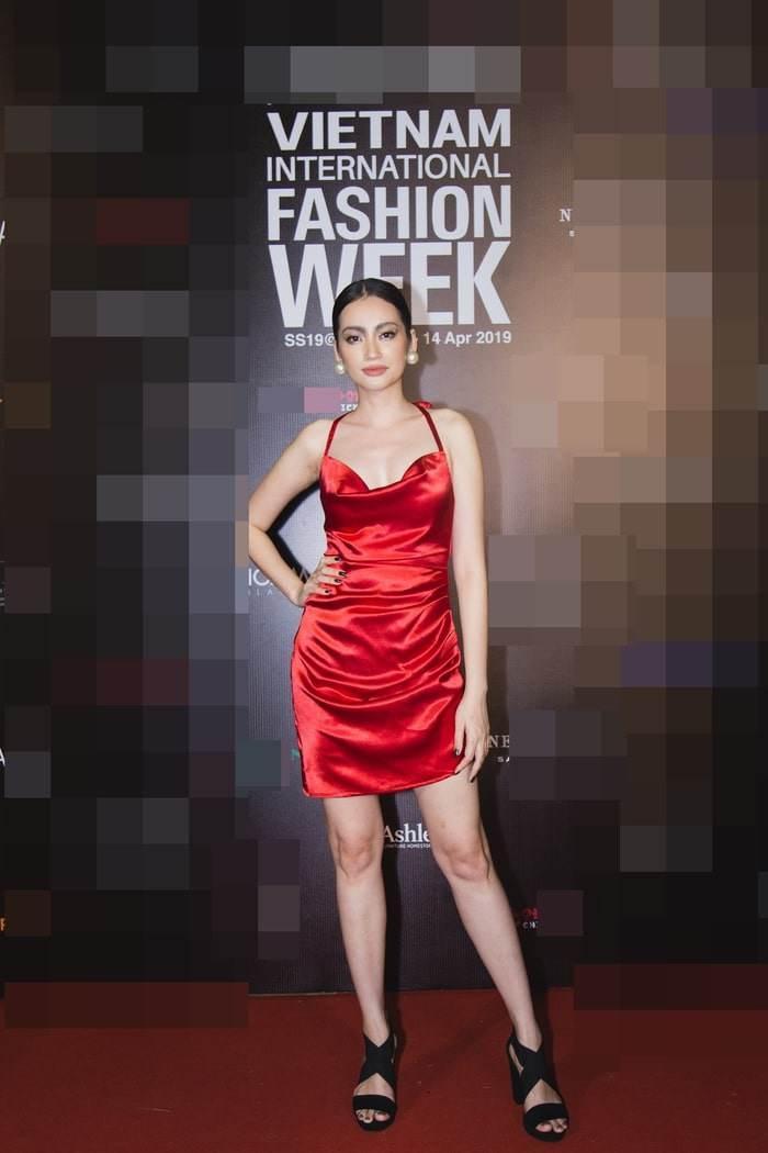 Top 10 bộ cánh thảm họa tuần qua: Song Hye Kyo mặc phải chiếc đầm 'phản chủ' Ảnh 7