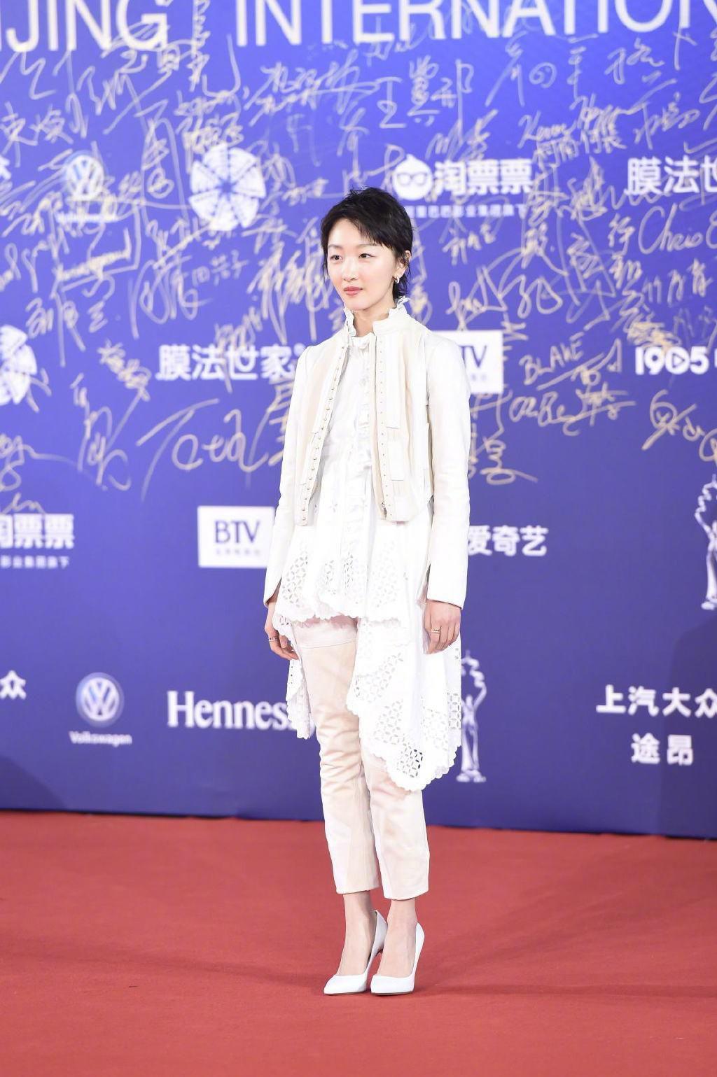 Top 10 bộ cánh thảm họa tuần qua: Song Hye Kyo mặc phải chiếc đầm 'phản chủ' Ảnh 8