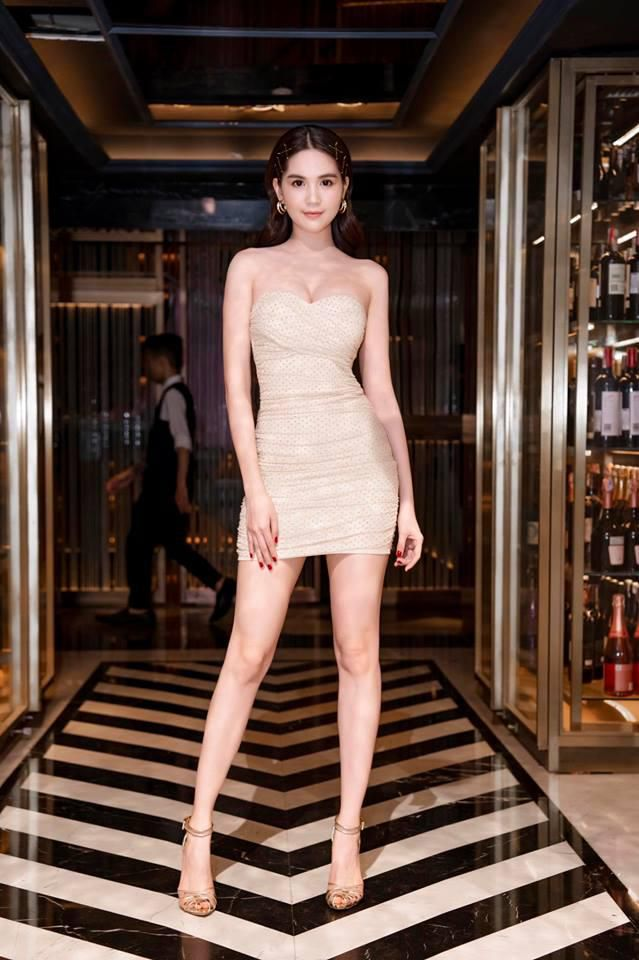 Không chỉ váy 2 dây, Ngọc Trinh giờ đã có cách mới khoe vóc dáng trời ban Ảnh 10