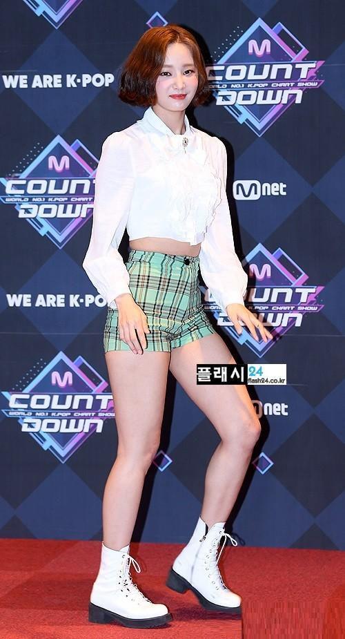 Momoland hết lần này đến lần khác hớ hênh, giờ đến lượt Yeonwoo mặc quần ngắn bó chẽn tại sự kiện Ảnh 4