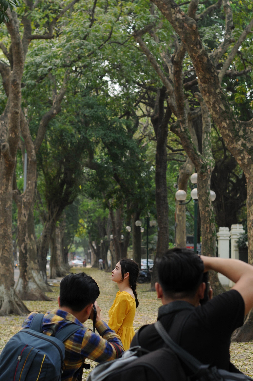 Đám đông đổ đến con đường lãng mạn nhất Hà Nội đón mùa sấu thay lá Ảnh 11