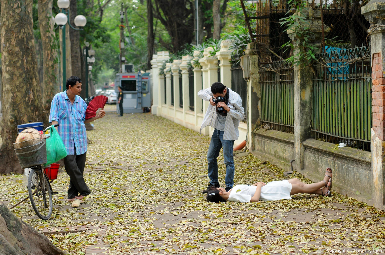 Đám đông đổ đến con đường lãng mạn nhất Hà Nội đón mùa sấu thay lá Ảnh 15