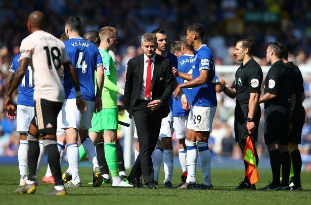 Thảm bại trước Everton, Solskjaer xoa dịu được CĐV M.U nhờ hành động này Ảnh 1