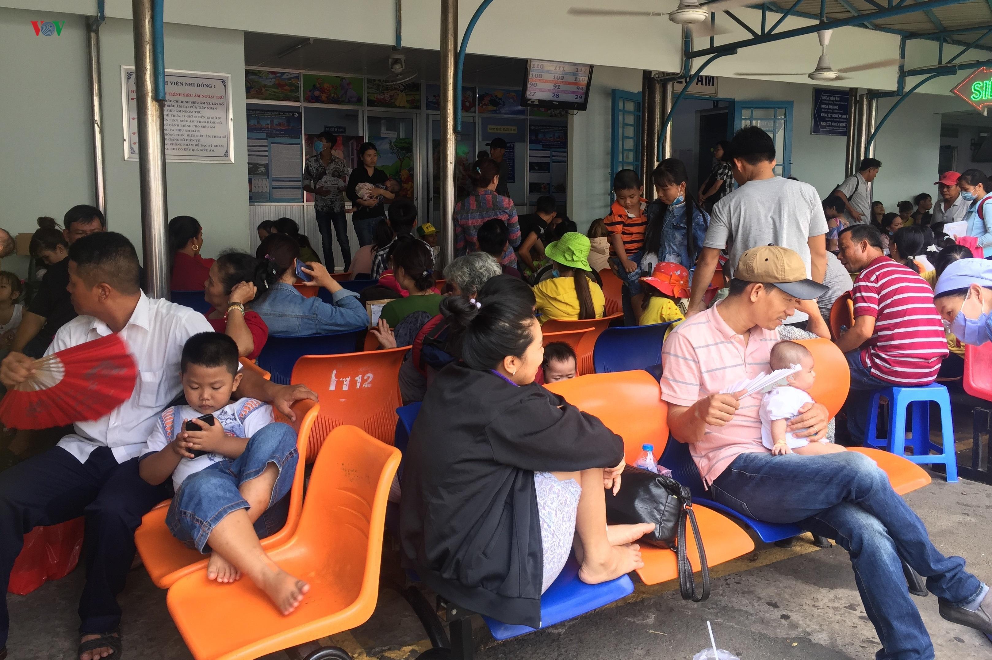 Nhiều trẻ em, người già ở TPHCM phải nhập viện vì nắng nóng Ảnh 1
