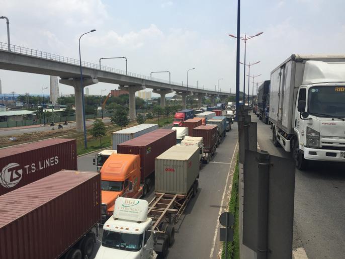 Dòng người 'đánh vật' với kẹt xe, nắng nóng trên xa lộ Hà Nội Ảnh 6