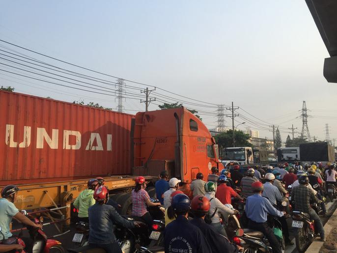 Dòng người 'đánh vật' với kẹt xe, nắng nóng trên xa lộ Hà Nội Ảnh 3