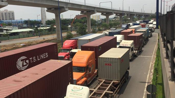Dòng người 'đánh vật' với kẹt xe, nắng nóng trên xa lộ Hà Nội Ảnh 2