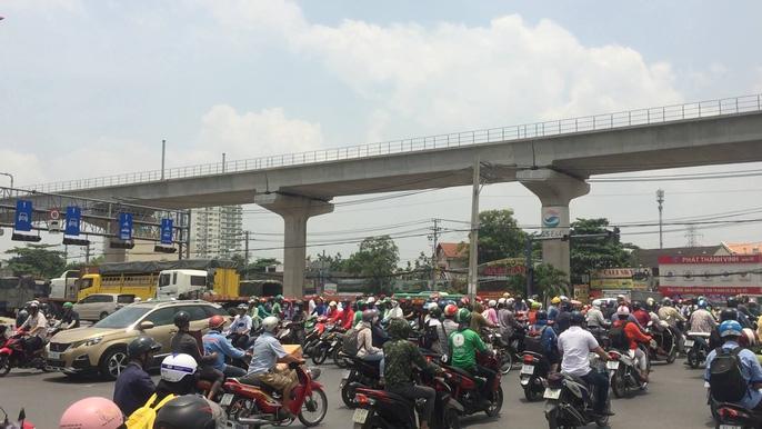 Dòng người 'đánh vật' với kẹt xe, nắng nóng trên xa lộ Hà Nội Ảnh 7