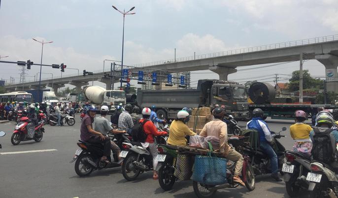 Dòng người 'đánh vật' với kẹt xe, nắng nóng trên xa lộ Hà Nội Ảnh 5
