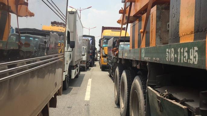 Dòng người 'đánh vật' với kẹt xe, nắng nóng trên xa lộ Hà Nội Ảnh 4