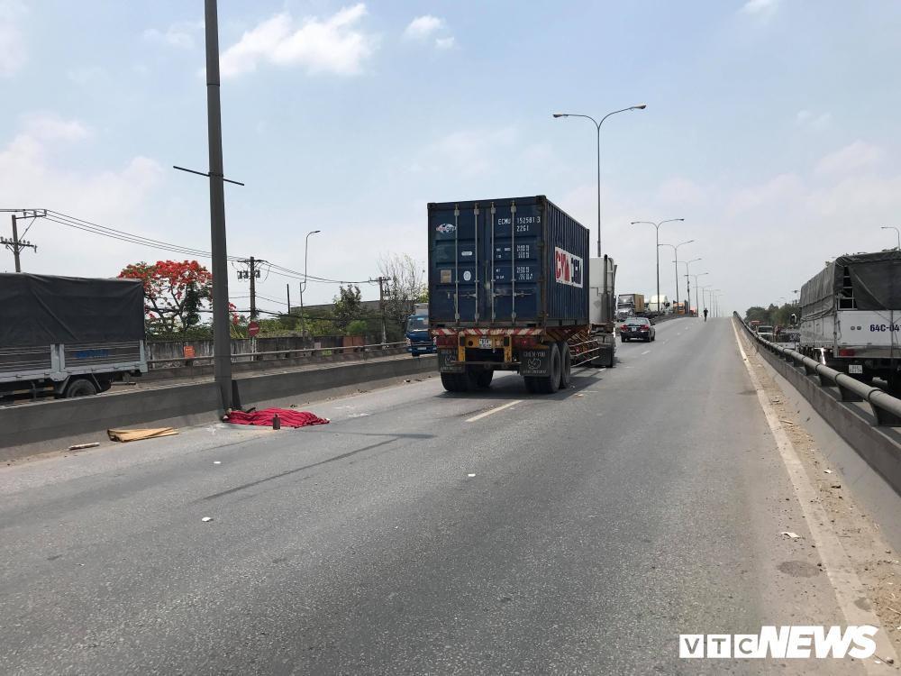 Nam thanh niên nghi lao vào xe container tự tử ở TP.HCM Ảnh 1