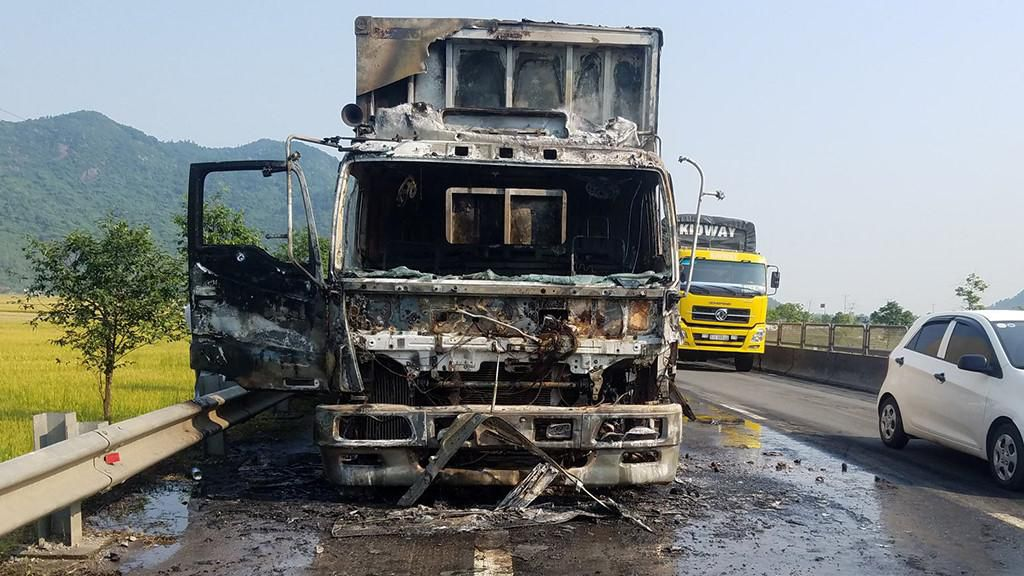 Xe tải biển số Lào bốc cháy khi đang chạy trên quốc lộ 1A Ảnh 1