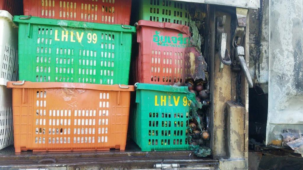 Xe tải biển số Lào bốc cháy khi đang chạy trên quốc lộ 1A Ảnh 2