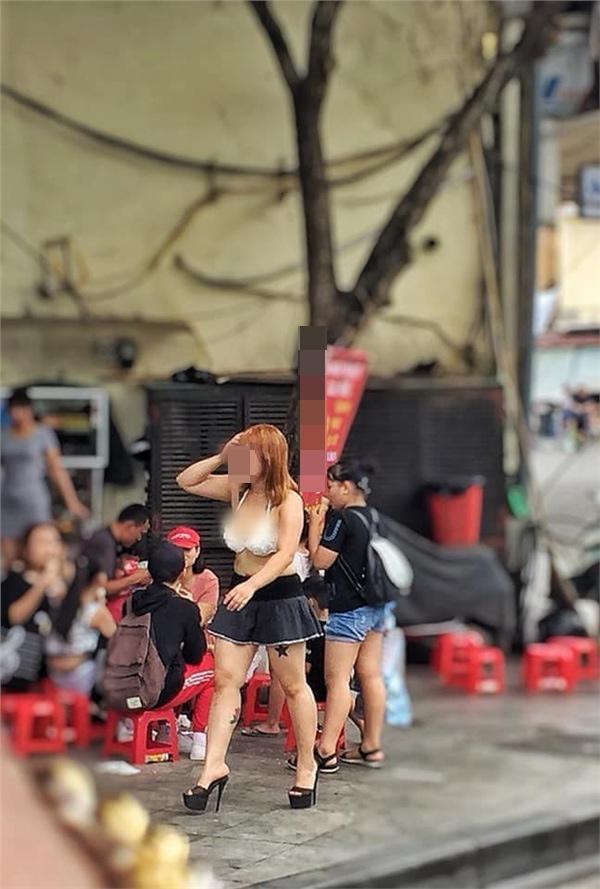 Mặc quần ngắn cũn cỡn mix cùng áo lót hở hang, cô gái khiến người nhìn 'nín thở' khi đi lại rồi nhảy nhót trên phố Hà Nội Ảnh 1