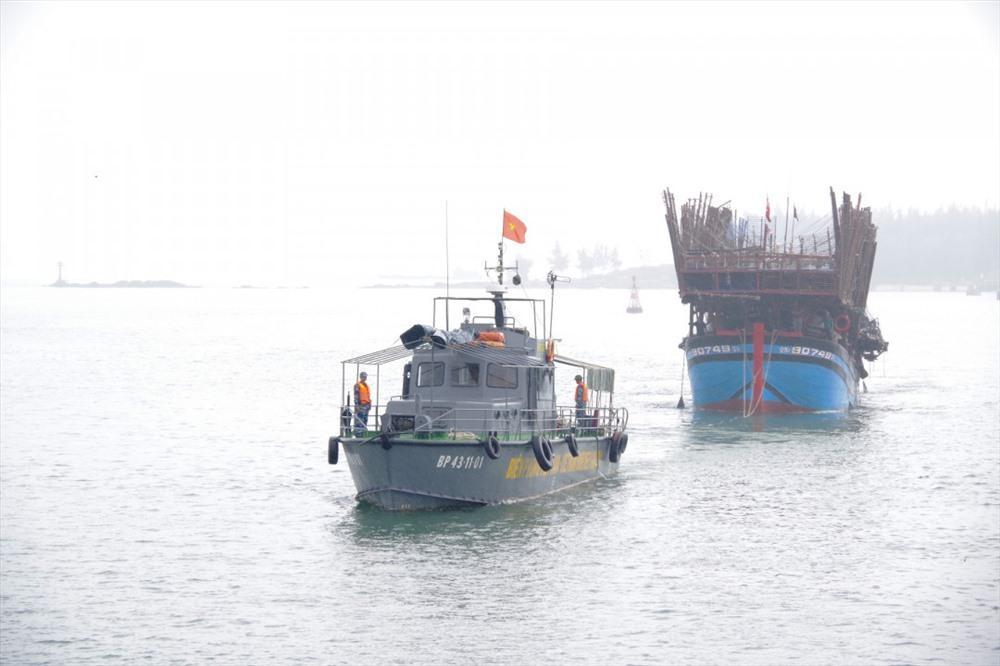 Tàu hỏng máy trôi tự do, 52 ngư dân chờ cứu hộ Ảnh 1
