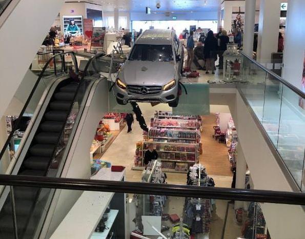 Ôtô lao vào trung tâm mua sắm ở Đức, ít nhất 9 người bị thương Ảnh 1