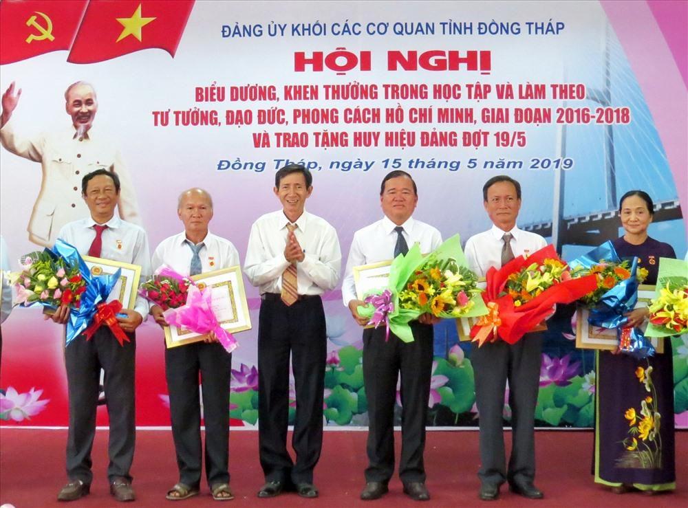 Nữ Phó Chủ tịch LĐLĐ Đồng Tháp nhận Huy hiệu 30 tuổi Đảng Ảnh 1