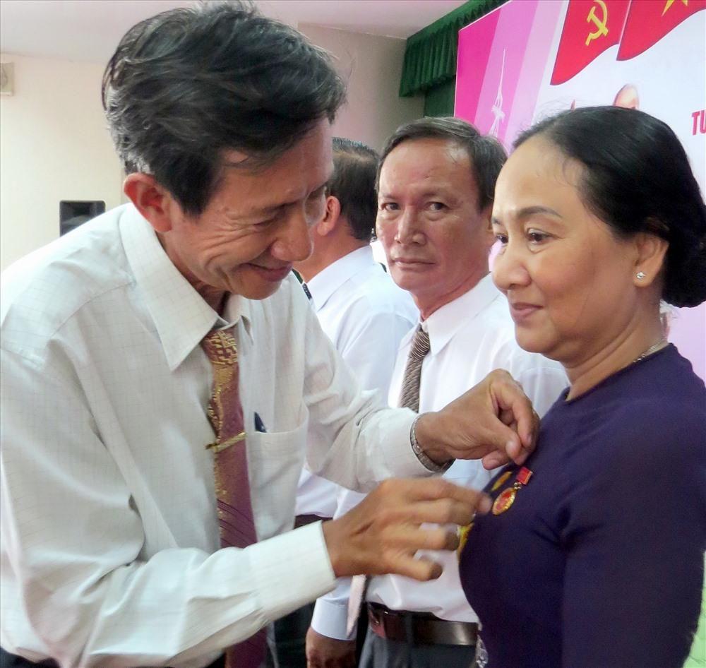 Nữ Phó Chủ tịch LĐLĐ Đồng Tháp nhận Huy hiệu 30 tuổi Đảng Ảnh 2