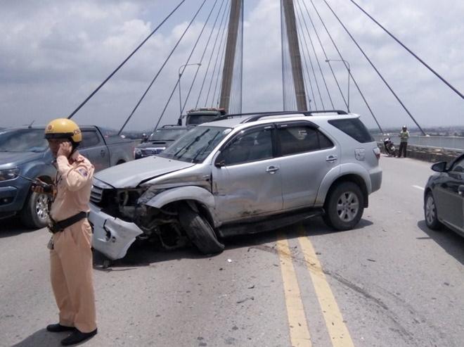 Tai nạn liên hoàn trên cầu Bính, 3 ô tô hư hỏng nặng Ảnh 1