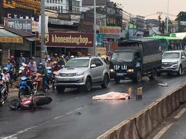 Người đàn ông bị xe tải cán qua người chết thảm trong cơn mưa Ảnh 1