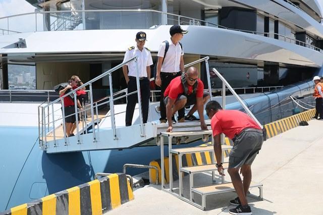 Ông chủ CLB Tottenham 'cưỡi' siêu du thuyền đến Hạ Long Ảnh 2