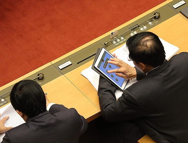 Đại biểu Quốc hội tra cứu tài liệu qua máy tính bảng Ảnh 11