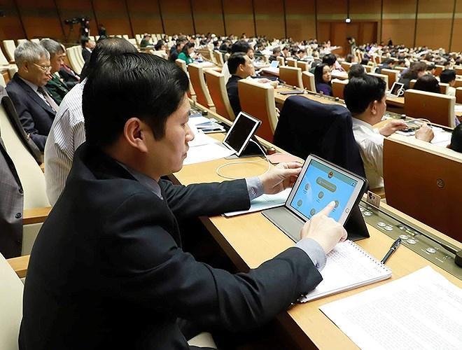 Đại biểu Quốc hội tra cứu tài liệu qua máy tính bảng Ảnh 3